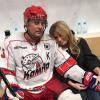 Дана Борисова с новым другом, капитаном хоккейной команды, фото