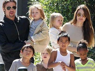 Анджелина с детьми и Брэдом Питтом