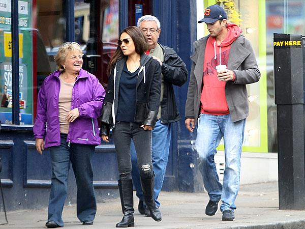 Мила и Эштон Катчер с родителями Милы