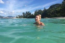 Ольга Бузова купается в океане