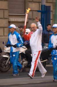 Александр Друзь с олимпийским факелом