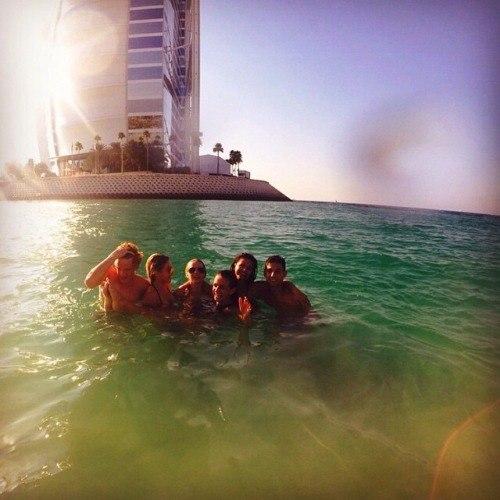 Селена Гомес с друзьями в Абу-Даби 2015
