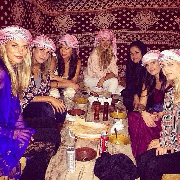 Селена Гомес в Абу-Даби с друзьями 2015