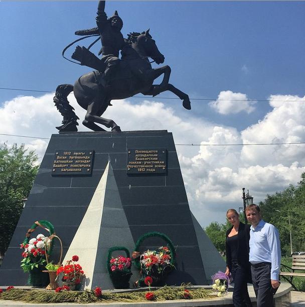 Анастасия Волочкова фото 2015 у памятника погибшим в войне 1812 года. г. Сибай, Башкирия