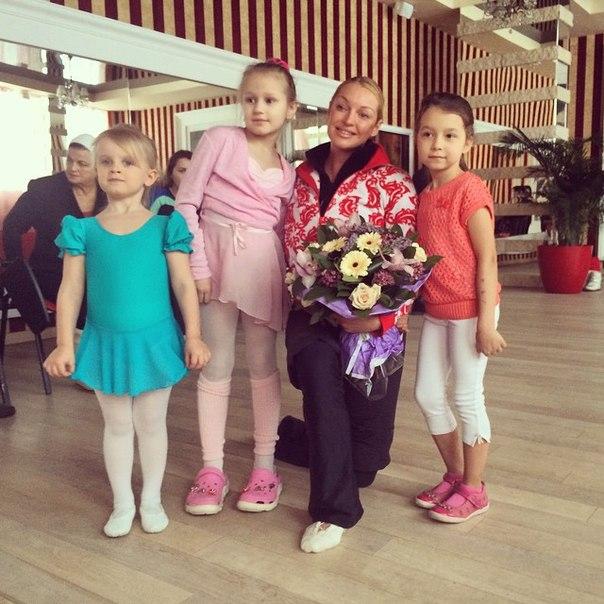 Анастасия Волочкова с учениками хреографической школы (фото из Инстаграм)