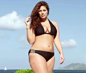 Модель Эшли Грэм в рекламе бикини большого размера