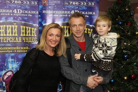 Антон Комолов с женой и сыном