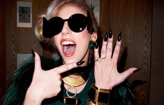 Леди Гага демонстрирует помолвочное кольцо