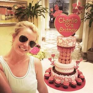 Бритни Спирс на фоне подарка на день рождения от бойфренда Чарли Эберсола фото из соцсети 2015