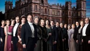 """Актеры из сериала """"Аббатство Даунтон"""" на фоне замка Хайклер, где проводились съёмки"""