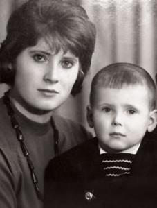 Никита Джугурда в детстве с мамой, Ядвигой Яновной