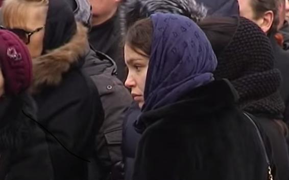 Жанна Немцова на церемонии прощания с отцом