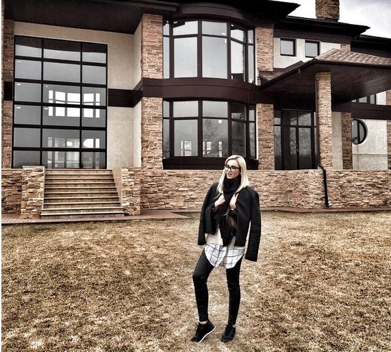 Ольга Бузова фото 2015 на фоне дома