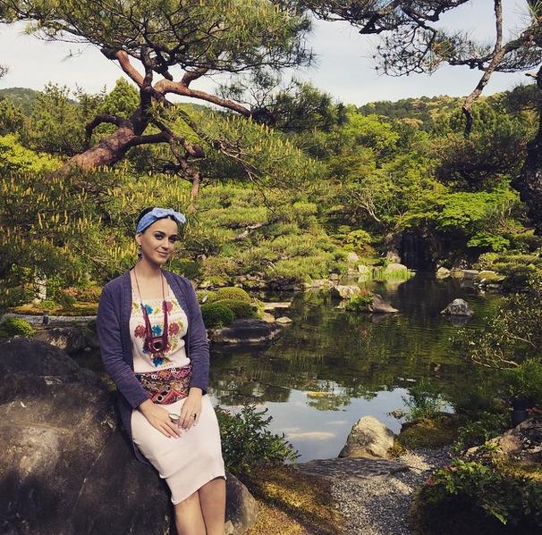 Кэти Перри фото 2015, апрель. Киото, Япония, традиционный японский сад