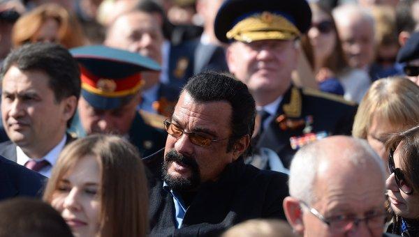 Стивен Сигал в числе зрителей на Параде Победы  9 мая