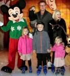 Тори Спеллинг с детьми и мужем