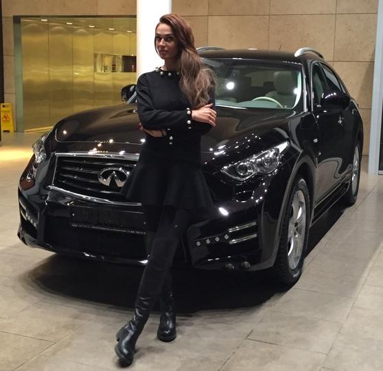 Алена Водонаева на фоне своей машины Инфинити