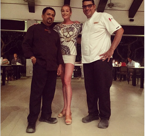 Анастасия Волочкова с шеф-поварами ресторана отеля на Мальдивах фото май 2015