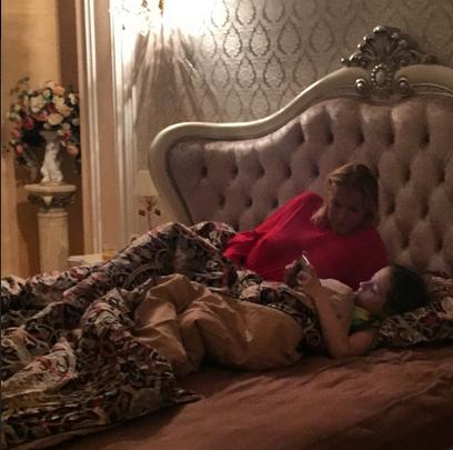 Анастасия Волочкова с дочерью Ариадной в спальне фото май 2015