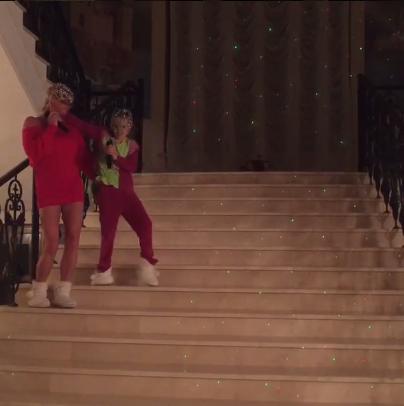 Анастасия Волочкова с дочерью Ариадной на лестнице