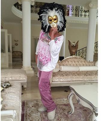 Анастасия Волочкова в новом доме в маскарадной маске