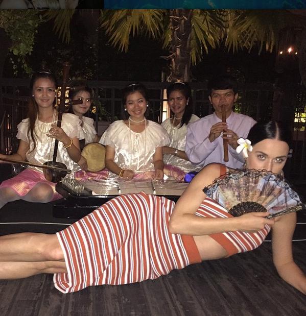 Кэти Перри в тайскими музыкантами, фото май 2015