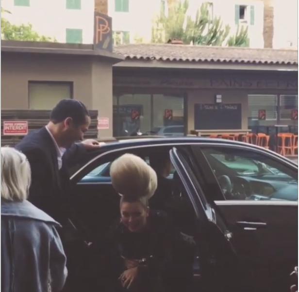 Канны 2015: Лена Ленина с трудом помещается в лимузине с высокой прической. Фото из Инстаграма