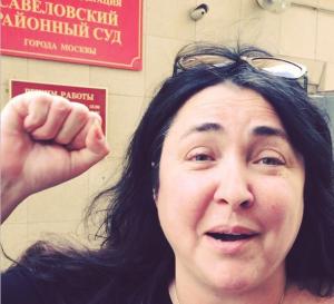 Лолита Милявская перед зданием Савеловского районного суда. Фото из Инстаграма Сергея Жорина