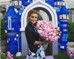 Фото Ксении Бородиной в день рождения дочериМаруси 10 июня 2015 с букетом от Курбана