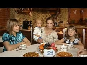 На фото Елена Кизякова с детьми