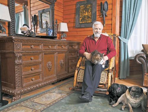 Фото Дмитрия Крылова дома с котом и собаками