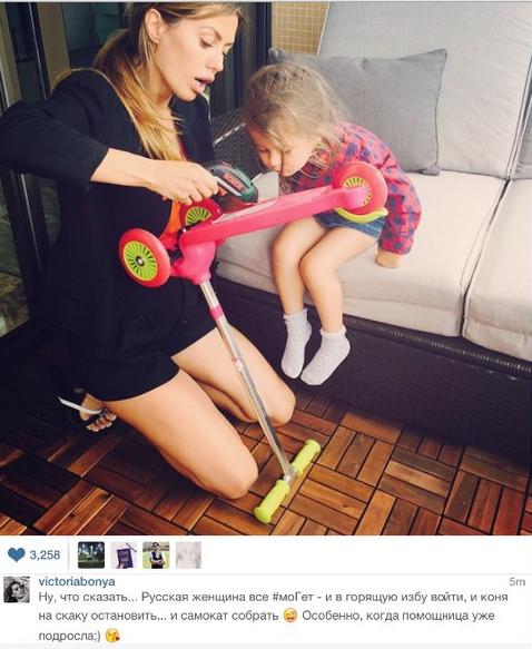 Виктория Боня с дочерью Анджелиной и шуруповертом. Фото 2015 Инстаграм