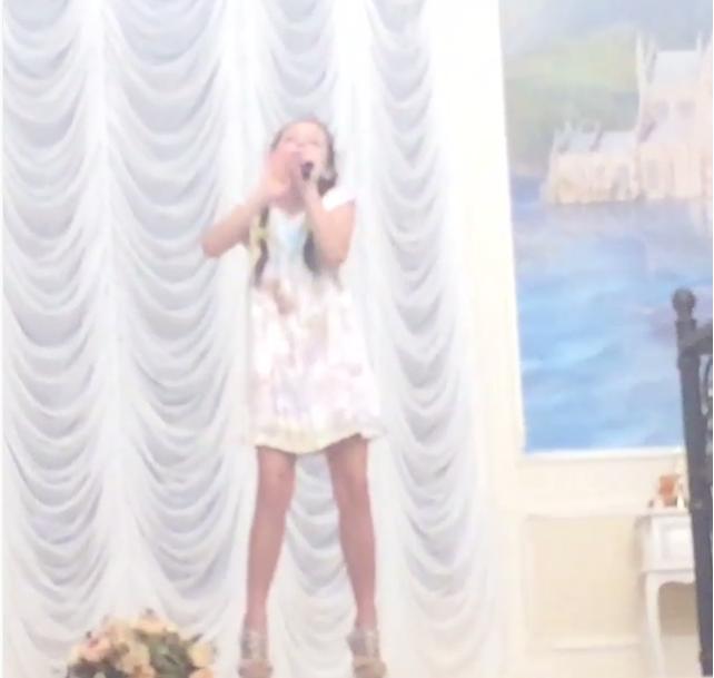 Фото дочери Анастасии Волочковой Ариадны на высоких каблуках во время домашнего концерта (июнь 2015)