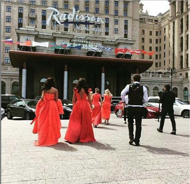 Свадебные фото Ксении Бородиной: подружки невесты и гости ждут Ксению