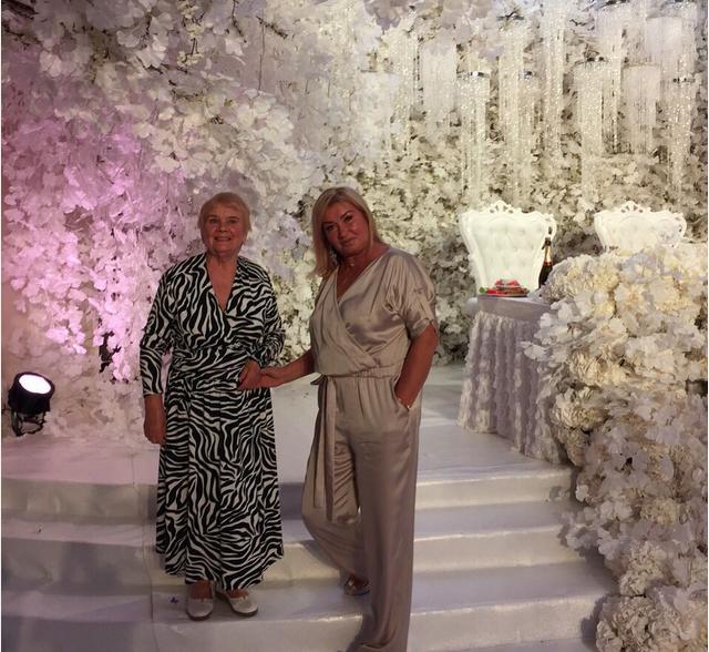 На фото мама и бабушка Ксении Бородиной в день её свадьбы с Курбаном Омаровым 3 июля 2015