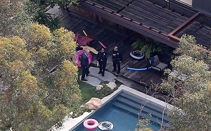 На фото полицейские осматривают место происшествия: бассейн у дома Деми Мур
