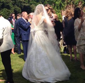 Фото со свадьбы Гая Ричи и Джеки Эйнсли: платье невесты вид сзади