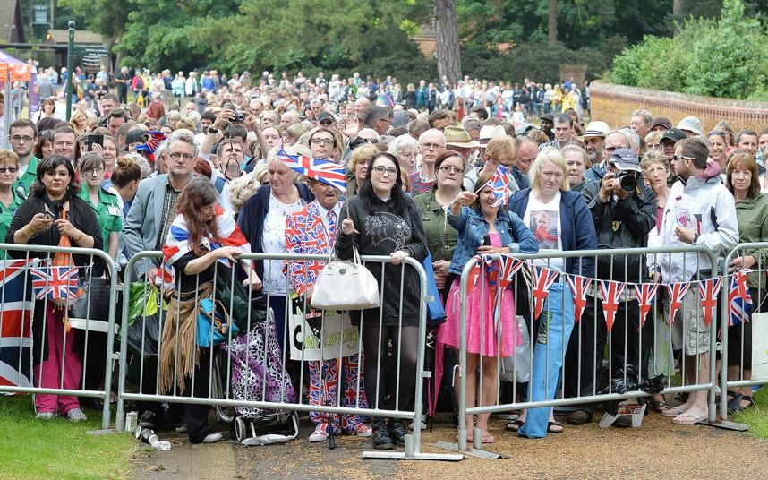 Множество поклонников собралось вокруг церкви, где проходило крещение принцессы Шарлотты