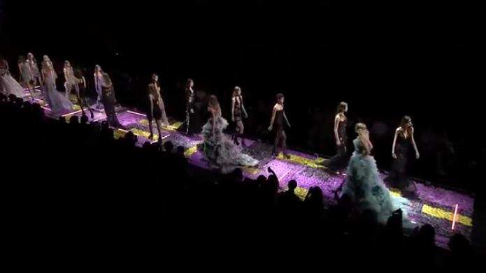 Видео модного показа Versace (Версаче) на Неделе высокой моды в Париже сезон осень-зима 2015/2016