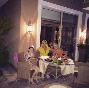 Анастасия Волочкова с мамой и дочерью Ариадной на отдыхе в Турции фото июль 2015