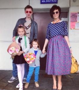 На фото Саша Зверева и Дмитрий Алмазов с детьми Саши от предыдущего брака