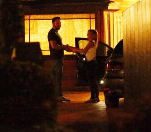 На фото бывшая няня Кристин Юзаниан во время встречи с Беном Аффлеком около его дома