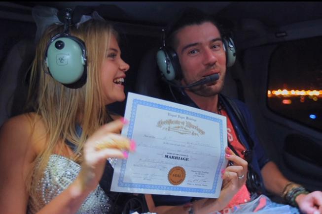Фото Марии Иваковой и Антона Лаврентьева в день свадьбы в Лас-Вегасе, у Марии в руках свидетельство о браке