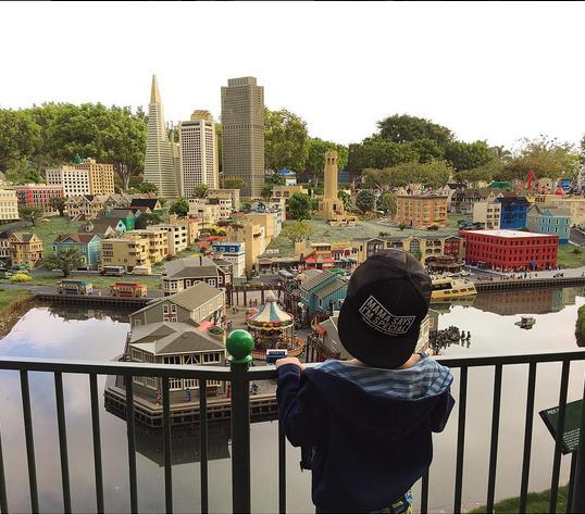 Сын Алены Водонаевой в Леголенде, парке аттракционов, фото август 2015 США