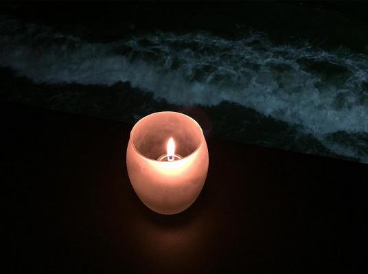 Свеча на берегу океана помогаетосуществить загаданное желание, фото из Инстаграма Алены Водонаевой 2015