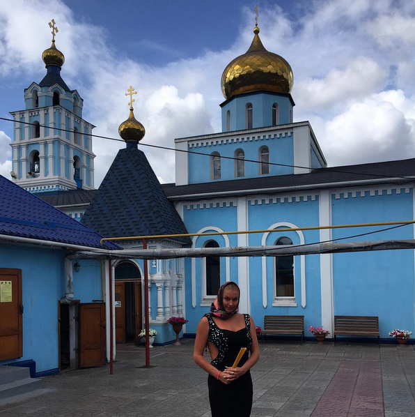 Фото Анастасии Волочковой 2015 на фоне храма в г. Белорецке
