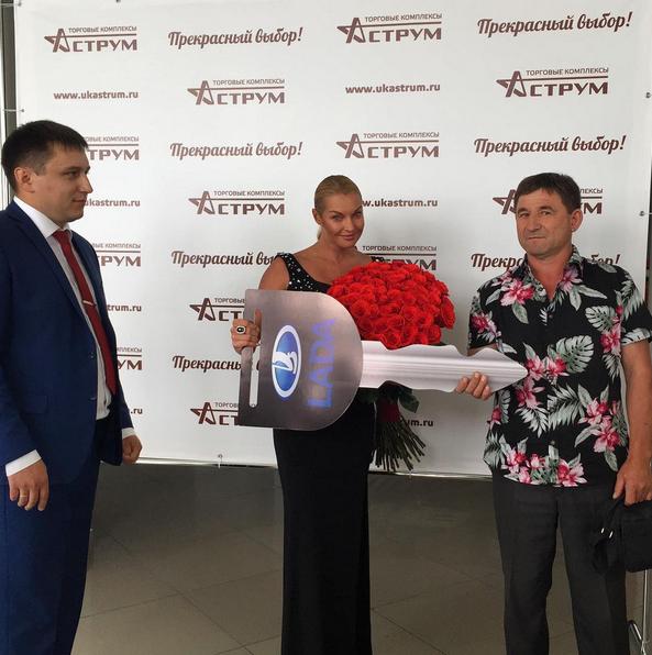 Анастасия Волочкова вручает ключи от машины покупателю в автосалоне, фото 2015 во время поездки в Башкирию