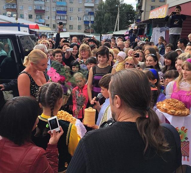 Анастасия Волочкова с поклонниками во время гастролей в Башкирии фото август 2015