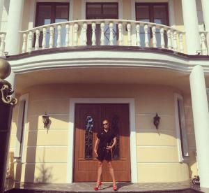 Фото Анастасии Волочковой на пороге своего нового дома, август 2015 Инстаграм