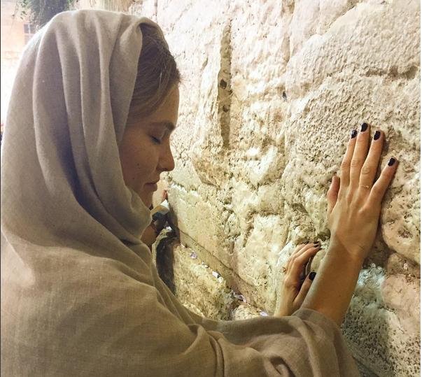Бар Рафаэли фото 2015: перед свадьбой невеста посетила Стену Плача